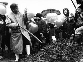 1993-3721 Burgemeester A. Peper bezeert zich tijdens het planten van een boom in het St. Clarabos.