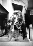 1993-3836 Koningin Beatrix daalt met NS-Direkteur Den Besten en genodigden de roltrap van station Blaak af na opening ...