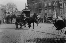 1993-3896,-3897 Rijtuig van tabak- en sigarenfabrikant Louis Dobbelman op de Goudsesingel, nabij de Boezemsingel.Van ...