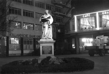 1993-5367 Avondopname van het standbeeld van Erasmus op de Coolsingel, bij het Erasmushuis (HBU-gebouw, Hollandsche ...