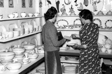 1993-5689 Distributie van porcelein in Rotterdam tijdens de schaarste in de bezettingstijd gedurende deTweede Wereldoorlog.