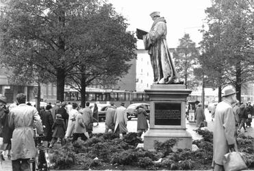 1993-5845 Standbeeld van Erasmus op de Coolsingel.