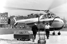1993-5982 Op Heliport, vliegveld voor hefschroefvliegtuigen ( 1953-1965 ) aankomst van een helicopter.