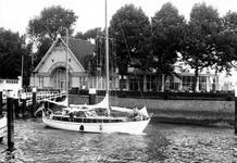 1993-6007 In de Veerhaven ligt een Amerikaans jacht bij het gebouw van de Roei-en Zeilvereniging de Maas.