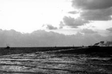 1993-6014 Schip in moeilijkheden bij pier in Hoek van Holland.
