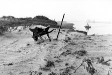 1993-6057 De Nieuwe Waterweg met kruiwagen waarmee eerste grond werd verplaatst bij het graven ervan.