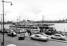 1993-6131-EN-6132 Invaliden gaan aan boord van een boot van de Spido aan de Parkkade. 2 opnamen. Van boven naar beneden ...
