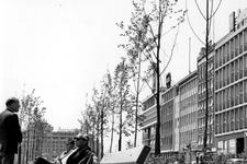 1993-6167 Mannen in gesprek op bankje in het parkje aan het Weena. Uit oostelijke richting gezien.