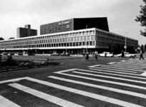 1993-6290 Het exterieur van het muziekcongresgebouw De Doelen aan het Schouwburgplein. Uit zuidoostelijke richting gezien.
