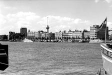 1993-6308 Gezicht vanaf het Noordereiland op de Nieuwe Maas en aan de overzijde v.l.n.r. de Parkkade, de Westerkade, de ...