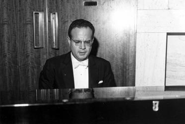 1993-6440-EN-6441 De klassieke pianist Julius KätchenVan boven naar beneden gezien:-6440: De klassieke pianist Julius ...