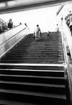 1993-6451 De trap van het metrostation Beurs, op de achtergrond het warenhuis de Bijenkorf.