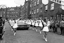 1993-6457 Majorettes op straat.