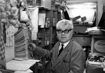1993-6493 Portret van de groenteboer Zoutewelle in zijn kantoortje achterin de winkel in de Rottestraat. Het pand staat ...