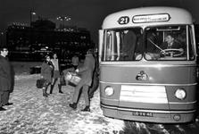 1993-6517 Het Stationsplein uit oostelijke richting gezien. Op de achtergrond het groothandelsgebouw.