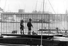 1993-6531-EN-6532 De binnenvaartVan boven naar beneden afgebeeld:-6531: Schipperskinderen spelen beschermd aan dek van ...