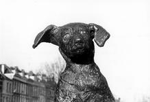 1993-6535 Het door het Rotterdamsch Studenten Corps en vele dierenvrienden geschonken bronzen standbeeldje Fikkie, op ...