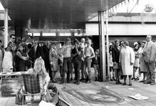 1993-6551 Kunstverkoop en een straattekening op de Lijnbaan.