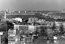 1993-6557-EN-6558 Gezichten op de omgeving Veerhaven vanaf het dak van het van Ommeren-gebouw. 2 opnamen.Van boven naar ...