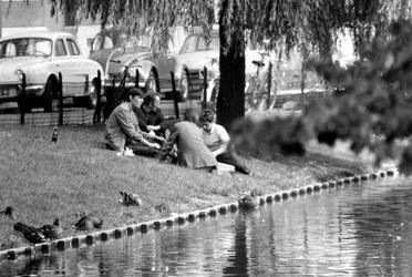 1993-6569 De Spoorsingel met in het gras zwervers of alcoholverslaafden.