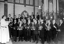 1993-6618 In de Provenierskerk is een mannenkoor met koorzang.