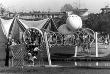 1993-6645-TM-6648 In het VroesenparkVan boven naar beneden afgebeeld:-6645: Een speeltuin of buiteltuin in het ...