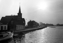 1993-6671 De Bergse Linker Rottekade aan de Rotte uit noordelijke richting gezien. Met links de NH Alexanderkerk.