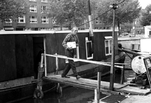 1993-6675 De Rotte uit oostelijke richting gezien. Met de heer Wendrich bewoner van de woonboot in de Rotte t.h.v. de ...