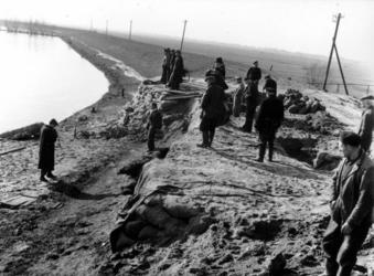 1993-829 Een combinatie van zeer zware storm en springvloed veroorzaakt een watersnoodramp in Zeeland en delen van ...