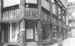 1994-1101 Gezicht op het Middensteiger ter hoogte van hoek van de Waschboomsteeg met het winkelpand van Schröder. Op de ...