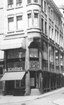 1994-1102 Gezicht op het Middensteiger ter hoogte van hoek van de Waschboomsteeg met het winkelpand van Schröder.