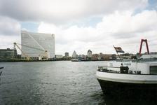 1994-145 De Nieuwe Maas, aan de overzijde de Boompjeskade en de Boompjes met kantoorgebouw Willemswerf, rechts het ...
