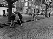 1994-1718 Bewoners van de Avenue Concordia vegen hun straat aan na de vervuiling met vuurwerk 's nachts.