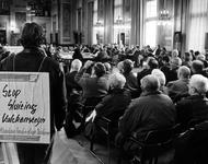 1994-1761 Talrijke ouderen protesteren tijdens de gemeenteraadscommissie in de Burgerzaal van het stadhuis tegen de ...