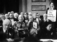 1994-1762 Talrijke ouderen protesteren tijdens de gemeenteraadscommissie in de Burgerzaal van het stadhuis tegen de ...