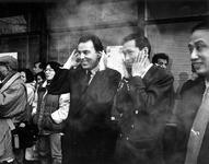1994-1784 Lijsttrekker van het CDA, drs. L.C. Brinkman, is bij het begin van het Chinese nieuwjaar nabij de Doelen.