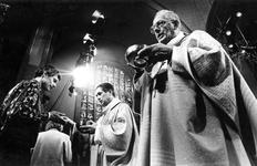 1994-1791 Inwijding van A. van Luyn tot bisschop van Rotterdam in de kerk van de Heilige Laurentius en Elisabeth.