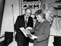 1994-1827 Aanbieding van het Tram-plusrapport door wethouder Herman van den Muijsenberg aan minister Hanja Maij-Weggen ...