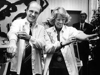 1994-1828 VVD-Wethouder v.d. Muijsenberg en afdelingsvoorzitter van de VVD, mevr. Anneke van Leeuwen, stropen in het ...
