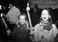 1994-1857 Demonstratieve fakkeloptocht vanaf het Schouwburgplein tegen extreem rechtse beweging.