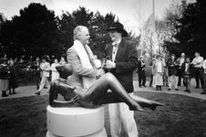 1994-1889 Projectleider Gerard de Kleijn (met hoed) van het project 'Sociale vernieuwing' heeft op het Karel de ...