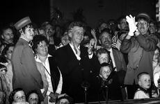 1994-1949 Afscheidfeest van wethouder Pim Vermeulen in de vertrekhal van de Holland Amerika Lijn.