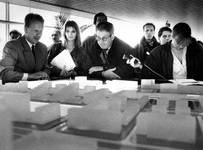 1994-1976 Minister van Thijn, met links Dik Lockhorst van Deelgemeente CHarlois, op PvdA-verkiezingstournee, hier in ...