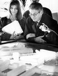 1994-1977 Minister van Thijn op PvdA-verkiezingstournee, hier in het Infocentrum Kop van Zuid.