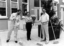 1994-2004 Peter Kardinaal krijgt bloemen, omdat hij het drieduizendste lid is van de 'Vrienden van de Opzoomerstraat'.