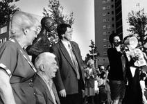 1994-2043 Iedereen, waaronder ook Wethouder H. Kombrink (kunstzaken) en mevr. W. Lembke-Hoes (wijkorgaan Katendrecht), ...