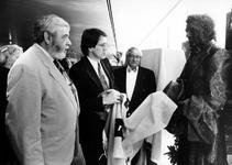 1994-2145 Wethouder J.C. Kombrink onthult een standbeeld van Lodewijk Pincoffs, gemaakt door beeldhouwer Willem Verbon ...