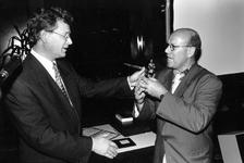 1994-2164 Wethouder Den Oudendammer geeft een wisseltrofee namens de Vereniging van Gehandicaptenorganisaties Rotterdam ...