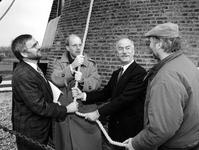 1994-2193 Wethouder Herman van den Muijsenberg (2e van links), burgemeester M.Th. van der Wouw van Barendrecht (2e van ...