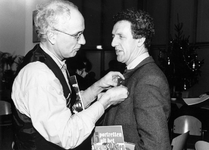 1994-2277 Wethouder H. Meijer speldt projectleider 'Sociale Vernieuwing van het Nieuwe Westen', Henk Vis, de speld ...